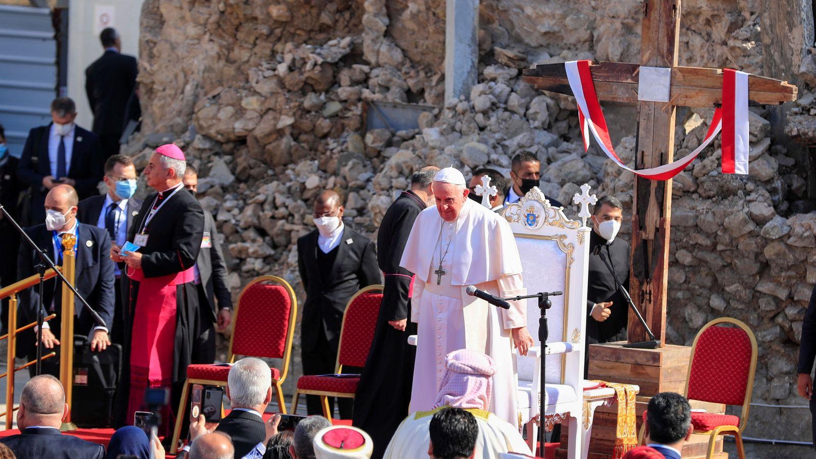 """Papa DAEŞ'in """"halifelik ilan ettiği"""" MUSUL'da…"""